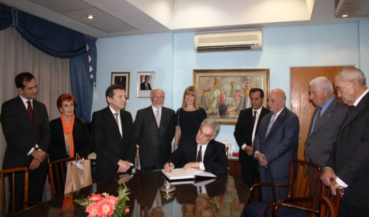 Embajador visita al Centro Galicia y firma Libro de la Institución