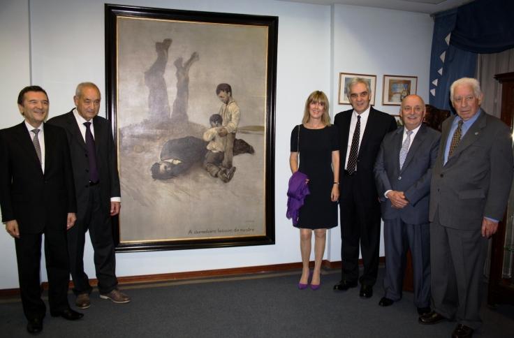 Embajador y directivos junto al cuadro de Castelao