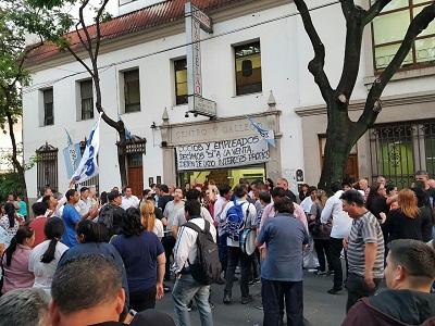 BLOG Trabajadores del Centro se manifiestan afuera del teatro Castelao