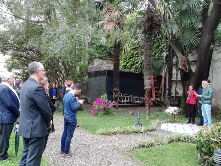 Lectura el hábeas corpus frente al mural que recuerda a los desaparecidos españoles.jpg