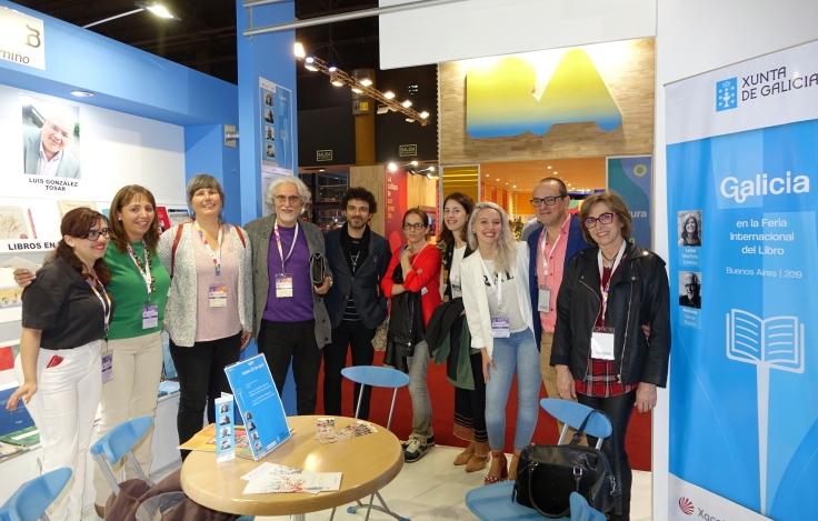 Foto de grupo autores editores y responsables del stand.JPG